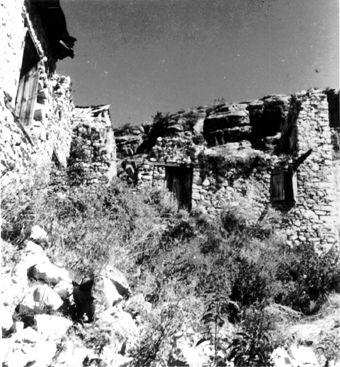 1952 : Le four à pain du village fut retrouvé dans cet amas de ruines ... et sur ces ruines